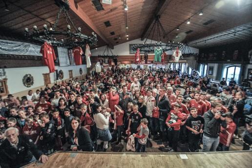 Hunderte Fans warten geduldig auf ein Autogramm von Thomas Müller